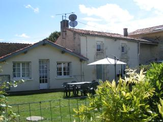 Pegasus large garden space, sleeps 5-7 - Villeneuve la Comtesse vacation rentals