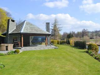RIVERSIDE, hot tub, WiFi, Sky TV, beautiful views, ground floor cottage in Pooley Bridge, Ref. 918305 - Mungrisdale vacation rentals