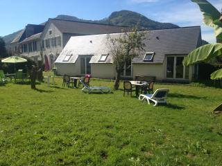 Bright 2 bedroom Oloron-Sainte-Marie Bungalow with Mountain Views - Oloron-Sainte-Marie vacation rentals