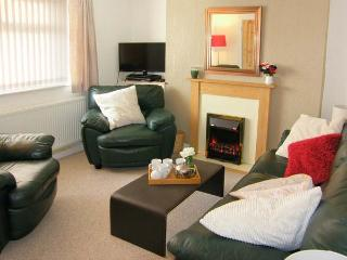 THE BEACH HOUSE, family-friendly cottage with WiFi, close to beach, in Llanelli, Ref 917535 - Llanmorlais vacation rentals