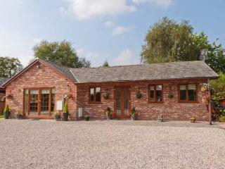 WILD DUCK LODGE, detached, single-storey, corner bath, ample parking, views of open fields, near Mawdesley, Ref 916440 - Liverpool vacation rentals