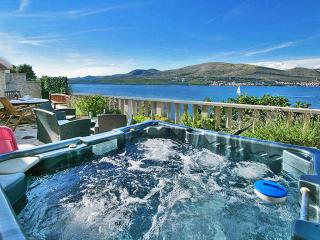 Villa****Two Luxury Apartments Wine Tavern Hot Tube Grill - Okrug Donji vacation rentals