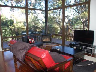 Chic 3-Bedroom Hollywood Hills Hideaway Sleeps 8 - Los Angeles vacation rentals