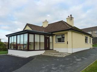 CLIFF LODGE, detached cottage, a 5 minute walk from town amenities, open fire, multi-fuel stove, en-suite facility, in Loughrea, Ref 916984 - Loughrea vacation rentals