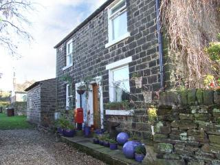 LAPWING COTTAGE, semi-detached, woodburner, roll-top bath, walks from the door, near Glossop, Ref 916370 - Padfield vacation rentals