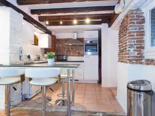 Bright 2 bedroom Toulouse Condo with Internet Access - Toulouse vacation rentals