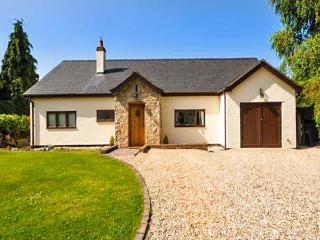 ROSE COTTAGE, detached country cottage with hot tub, en-suite, WiFi, close Denbigh Ref 916114 - Llandyrnog vacation rentals