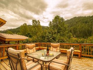 Cottage on the Creek,  private hot tub and deck, 5 miles from Leavenworth. - Leavenworth vacation rentals