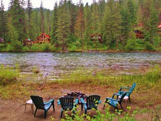 Beach at River's Bend, hot tub, private beach, Wi-Fi, woodstove. - Leavenworth vacation rentals
