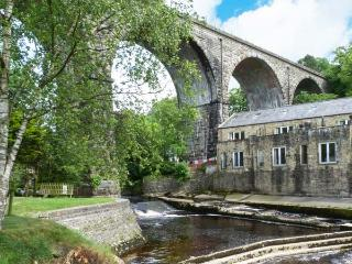 PARK VIEW MILL, mill conversion with two balconies overlooking river, en-suite facilities, WiFi, in Ingleton, Ref. 911704 - Ingleton vacation rentals