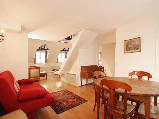 G04265 Duplex facing The Tour Saint Jacques - Paris vacation rentals
