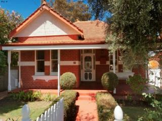 """The Knutsford"" Character Home near Cafe Strip - North Perth vacation rentals"