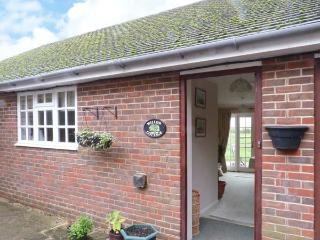 WILLOW COTTAGE, single-storey cottage, rural setting, patio and garden, Bonley Ref 915094 - West Sussex vacation rentals