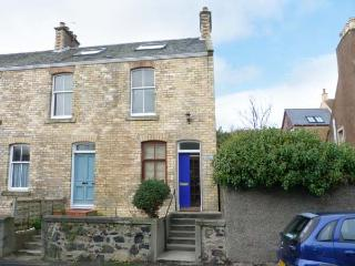 LARGO BAY VIEW, end-terrace, pet-friendly, WiFi, yards from sandy beach, in Lower Largo, Ref 917637 - Crail vacation rentals