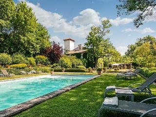 Historic Chateau d'Avignon boasts Lavish Interiors & Lush Grounds with Pool Only 5 min to Town - Vaucluse vacation rentals