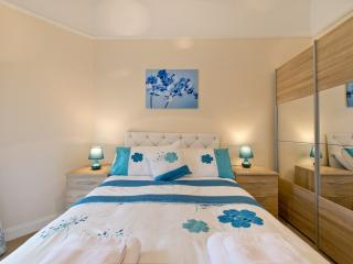 Lovely Apartment in Stirling with Satellite Or Cable TV, sleeps 4 - Stirling vacation rentals