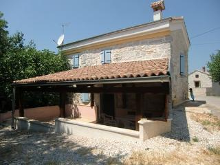 Charming 2 bedroom Bungalow in Baderna with Balcony - Baderna vacation rentals