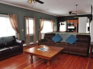 Guest House Right on Historic Thames Street - Rhode Island vacation rentals