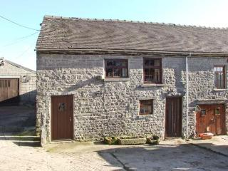 STABLE BARN, pet-friendly farm cottage, close walking and cycling, Wetton Ref 918083 - Derbyshire vacation rentals