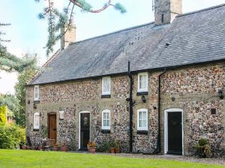 FLINT COTTAGE, romantic retreat, pet-friendly, off road parking in Swaffham, Ref 919293 - East Harling vacation rentals