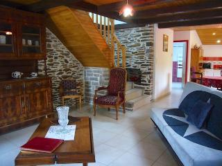 Bright 2 bedroom Guer Gite with Internet Access - Guer vacation rentals