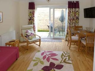 COSIE, town centre location, family holiday home, close to beach, in Shanklin, Ref 917114 - Shanklin vacation rentals
