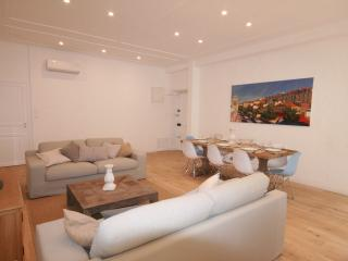 Luxury 3 Bed Apartment in Unbeatable Location - Nice vacation rentals