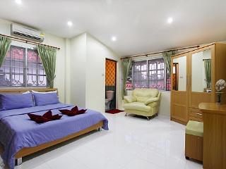 Perfect 4 bedroom Bang Lamung Villa with A/C - Bang Lamung vacation rentals