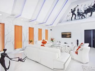 Nice Villa with A/C and Balcony - Bang Lamung vacation rentals