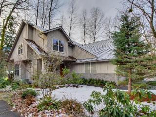 Lodge-like retreat w/ shared hot tub, pool & more, easy ski & golf access! - Welches vacation rentals