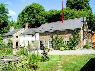 KING GROVE COTTAGE, semi-detached barn conversion, woodburner, shared front south-facing garden, in Clun, Ref 28737 - Clun vacation rentals