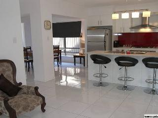 New modern holiday home in trendy suburb. Sleep 10 - Brisbane vacation rentals