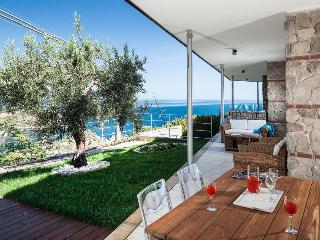Ionian Riviera Apartment 3 Taormina renal with pool, holiday let in Taormina with pool, apartment for rent in Taormina - Graniti vacation rentals