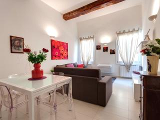 Bright Red Suite Apartment Rental in Florence - Florence vacation rentals