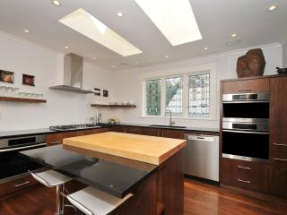 Spectacular executive rental in the heart of Victo - Victoria vacation rentals