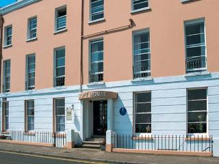10 CROFT HOUSE, second floor apartment, WiFi, shared garden with direct access to beach, in Tenby, Ref 917886 - Tenby vacation rentals