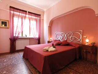 Miriam Guesthouse - Camera ROSA - Rome vacation rentals