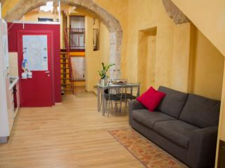 Appartamento Rosso dei Buoni e Cattivi - Cagliari vacation rentals