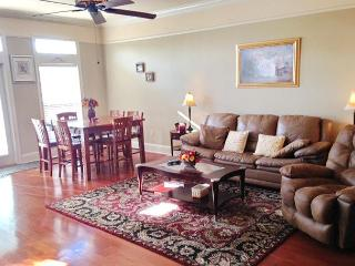 Beautiful 2 bedroom 2-1/2 bath Townhouse just steps to the Beach! - World vacation rentals