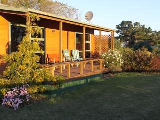 Cedar Cottage - where guests keep coming back. - Oamaru vacation rentals