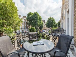*Sunny Balcony* in HYDE PARK + tube 1min + WiFi - London vacation rentals