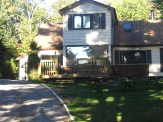 Perfect Cottage with Deck and Satellite Or Cable TV - Bracebridge vacation rentals