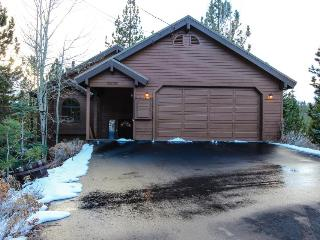Charming chalet w/ shared hot tub, pool & more - easy ski and beach access! - Truckee vacation rentals