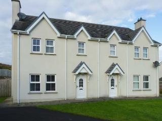 SADDLER COTTAGE, semi-detached, open fire, pet-friendly, enclosed garden, Malin Head, Ref 917385 - Carndonagh vacation rentals
