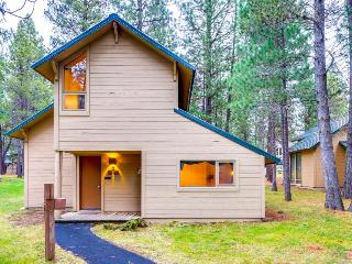 Wood-beamed cabin with shared amenities & SHARC passes! - Sunriver vacation rentals
