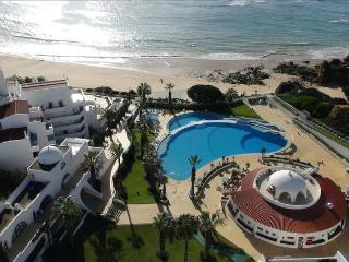 1 BEDROOM APARTMENT SEA VIEW, IN OCEANFRONT RESORT IN OURA BEACH, WITH POOLS AND HEALTH CLUB - ALBUFEIRA - REF. OVBC151756 - Albufeira vacation rentals