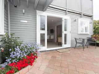 Comfortable 2 bedroom Remuera Apartment with Internet Access - Remuera vacation rentals