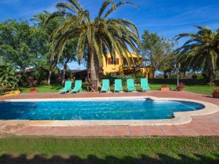 Incredible 5-bedroom villa in La Selva for 14, only 11km from the beach! - Tarragona vacation rentals