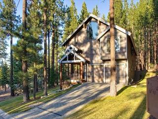 4BR Luxurious Tahoe Retreat + Private Hot Tub, South Lake Tahoe, Sleeps 12 - South Lake Tahoe vacation rentals