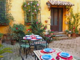 Apartment Cesare, courtyard, terrace, private park - Rome vacation rentals